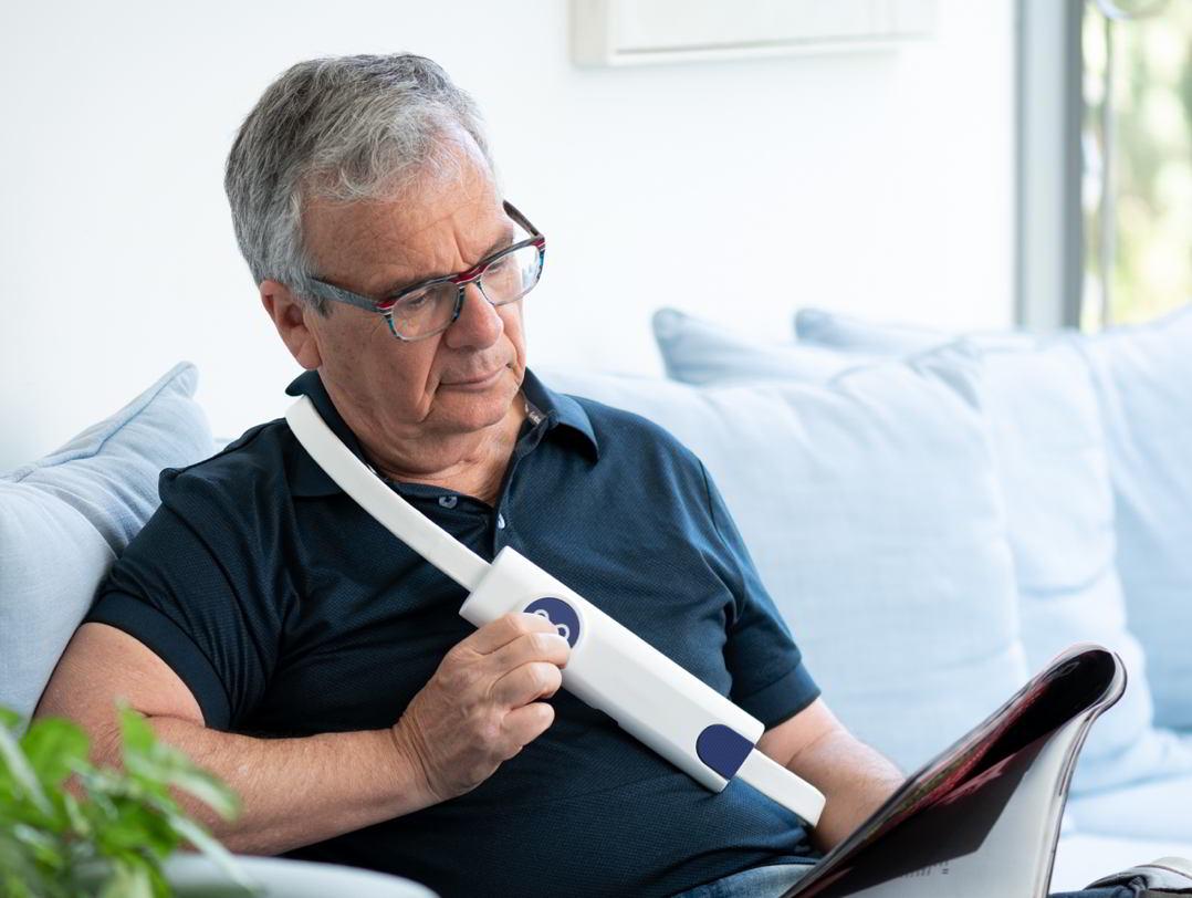 paziente che indossa cintura v-lap per monitoraggio scompenso cardiaco